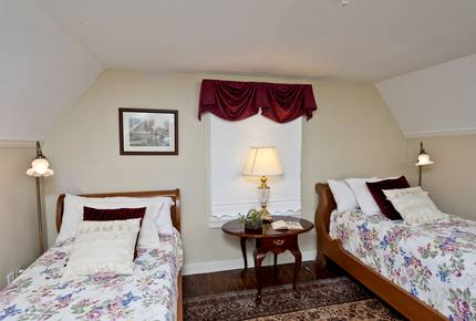 Alexander Suite in Historic Kent Manor Inn