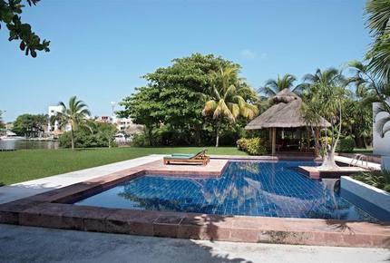 Villa Alux, waterfront pool mansion in Zona Hotelera