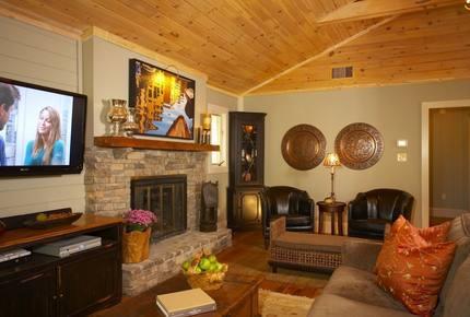 Lake Lanier Cozy Retreat - Quick Drive from Atlanta!