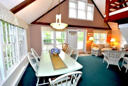 Honeysuckle Cottage Property - 4 Bedrooms plus 2 Lofts - Just Blocks to Center of Town!
