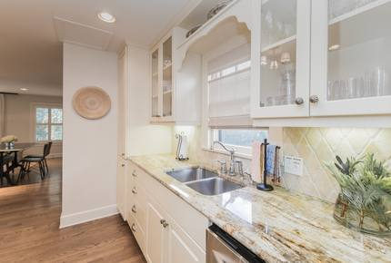 Austin Remodeled Charmer Close to Downtown and UT! Sleeps 10 - Austin, Texas