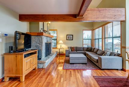 Whistler Village Luxury Home, Private Hot Tub, Log Fireplace, Ski In /Out Access
