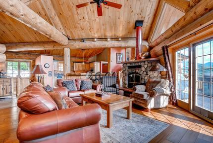 Epic Log Cabin: Hot Tub, Sauna & Chef's Kitchen