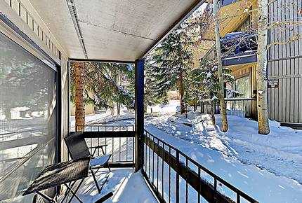 Updated Ski Condo with Fireplace | Near Shuttle
