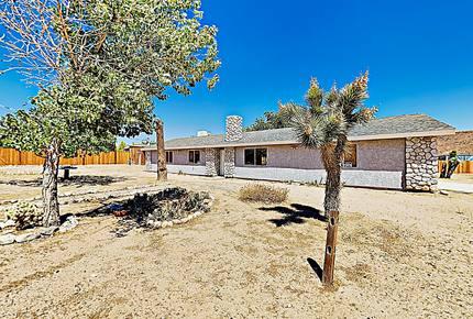 Rawhide Ranch: Desert Stunner w/ Backyard Oasis