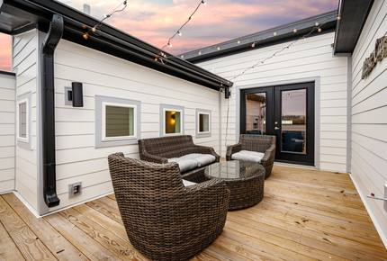Upscale Hideaway near Downtown with Rooftop Deck