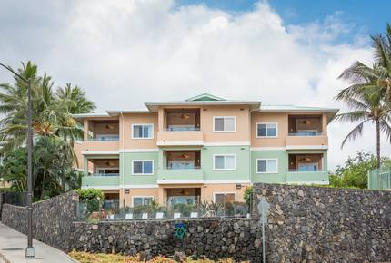 Kahalu'u Beach Condo with Infinity Pool & Spa