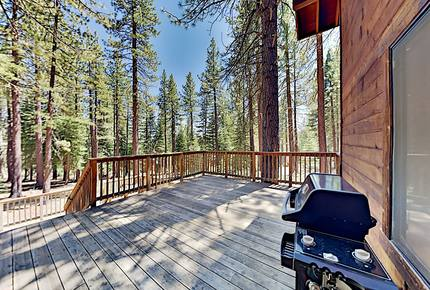 Amenity-Rich Tahoe Donner Home w/ Gas Fireplace
