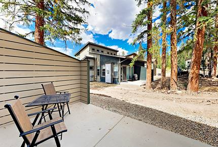 Rendezvous Townhome with Fireplace, Patio & Bikes