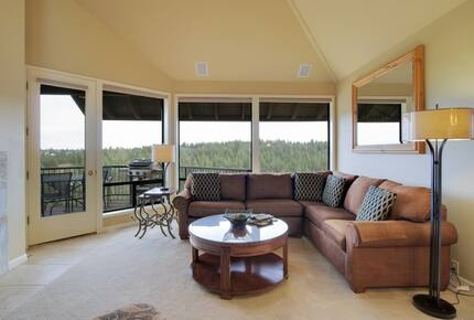Home exchange in Bend, OR living room with sectional and windows