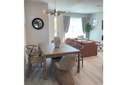 Home exchange in Newport Beach CA, dining table that seats 6