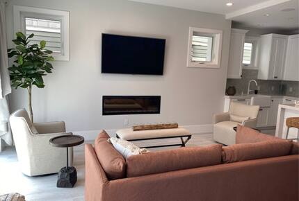 Home exchange in Newport Beach CA, living room with gas fireplace & TV
