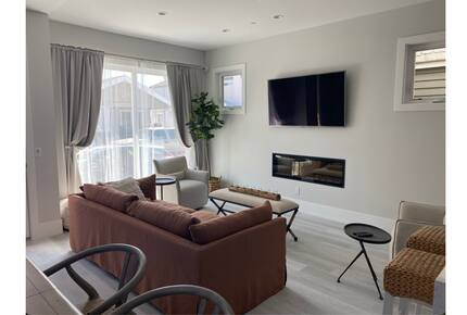 Home exchange in Newport Beach CA, living room with large sunny window