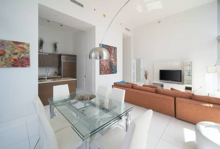 Home exchange in Miami FL, dining room with glass table that seats 6