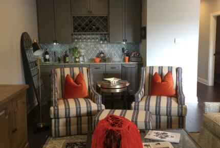 Home exchange in Auburn AL, living room with wet bar