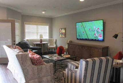 Home exchange in Auburn AL, living room with flatscreen TV and chairs