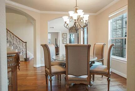 Home exchange in Woodlands TX, dining room with round table for six