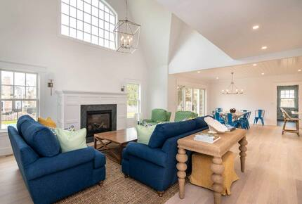 Home exchange in Martha's Vineyard, living room with 2 story ceiling