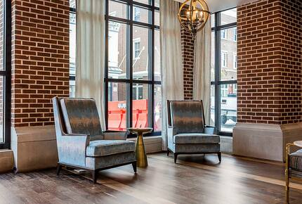 Home exchange in Charleston SC, lobby seating area at King 583