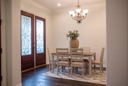Home exchange in Farmers Branch TX, foyer table for 6